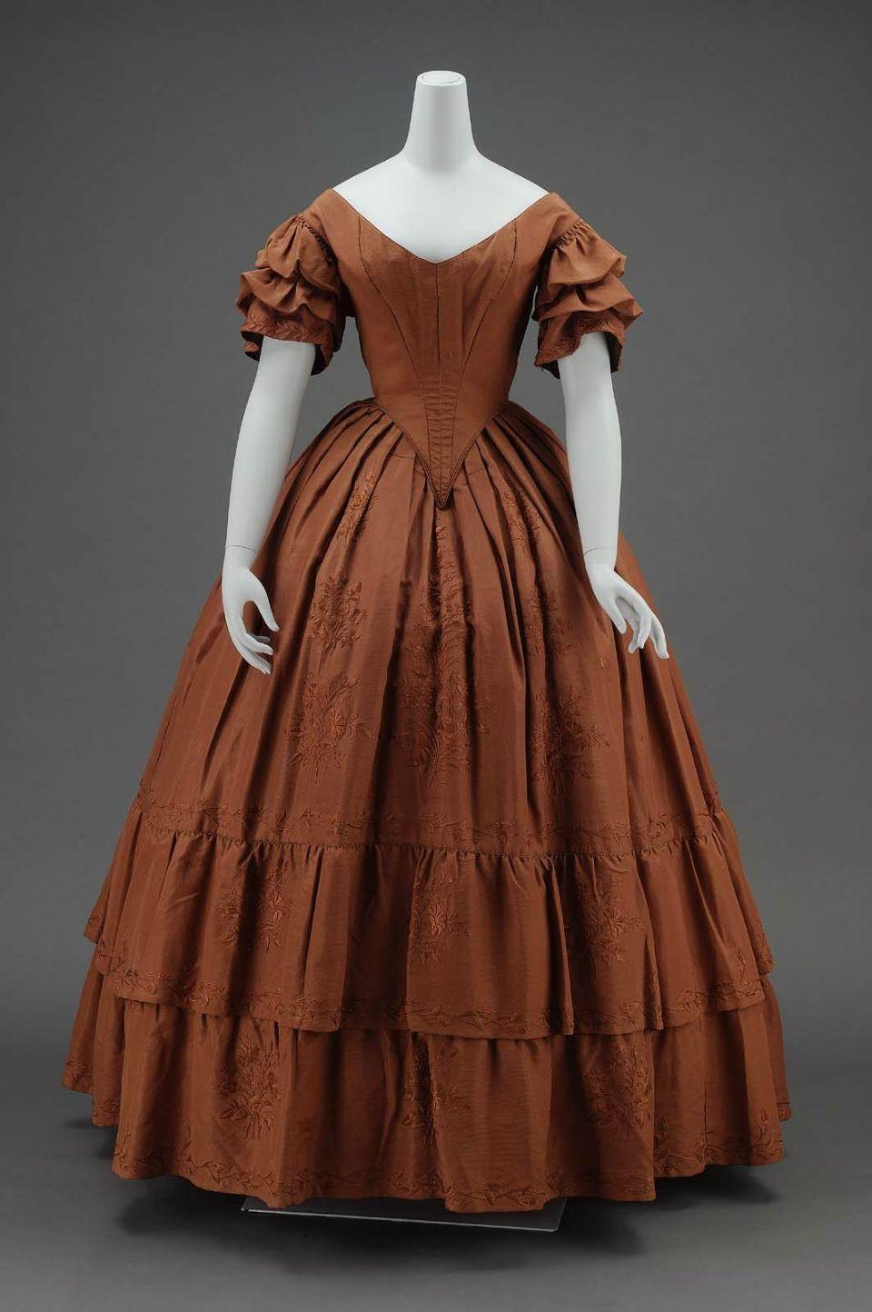 La Mode en 1842 Dinner-dress-American-about-1840-MFAB