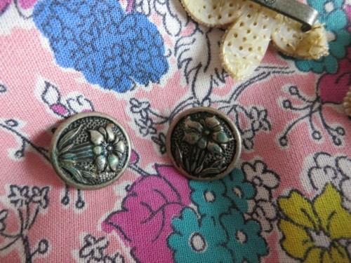 Vintage metal flower buttons