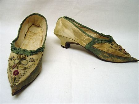 Shoes, 1790, Portugal, cream satin, trimmed with ribbon of green leather. Forefoot embroidered with sequins and chenille, forming floral motifs. Application of silk ribbon forming floral motifs. Museu Nacional do Traje e da Moda