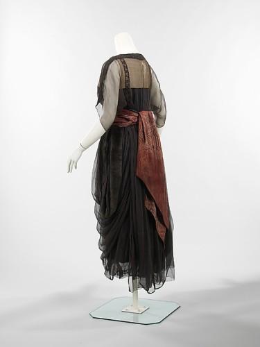 Dinner dress, House of Drécoll, 1914–16, French, ciré silk satin, silk chiffon, fur, Metropolitan Museum of Art, 2009.300.3317