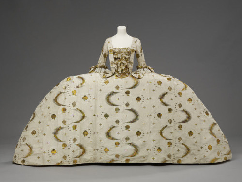 Formal English court mantua worn with French style hoops,  English with French fabric, 1755-1760 (garment)  1753-1755 (fabric), Silk, silver-gilt thread, linen thread, silk thread, Victoria & Albert Museum, T.592:1 to 7-1993