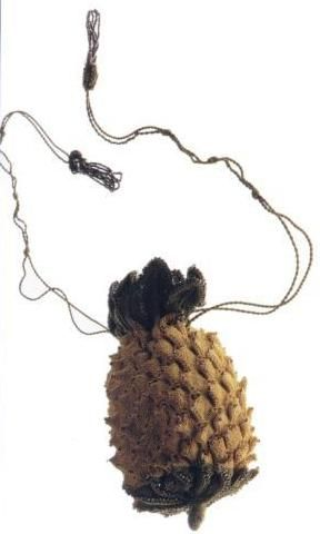 Knitted pineapple reticule in the Kyoto Museum's 1800-1810 collection