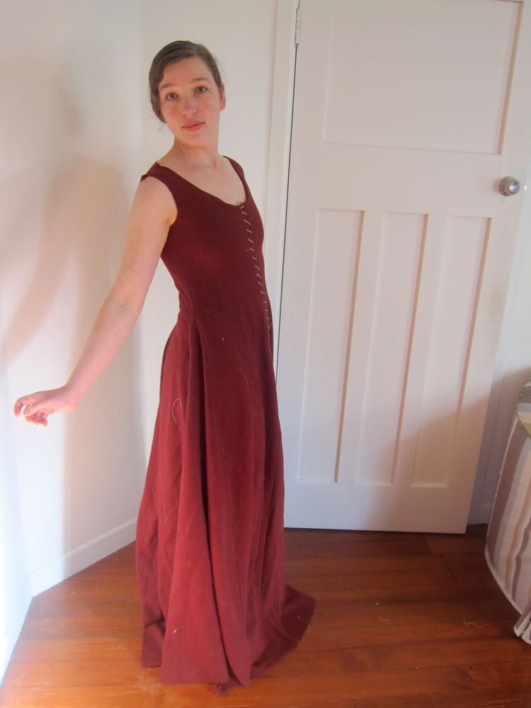 Fittings, lacings, and gores: progress on the medieval gown - The
