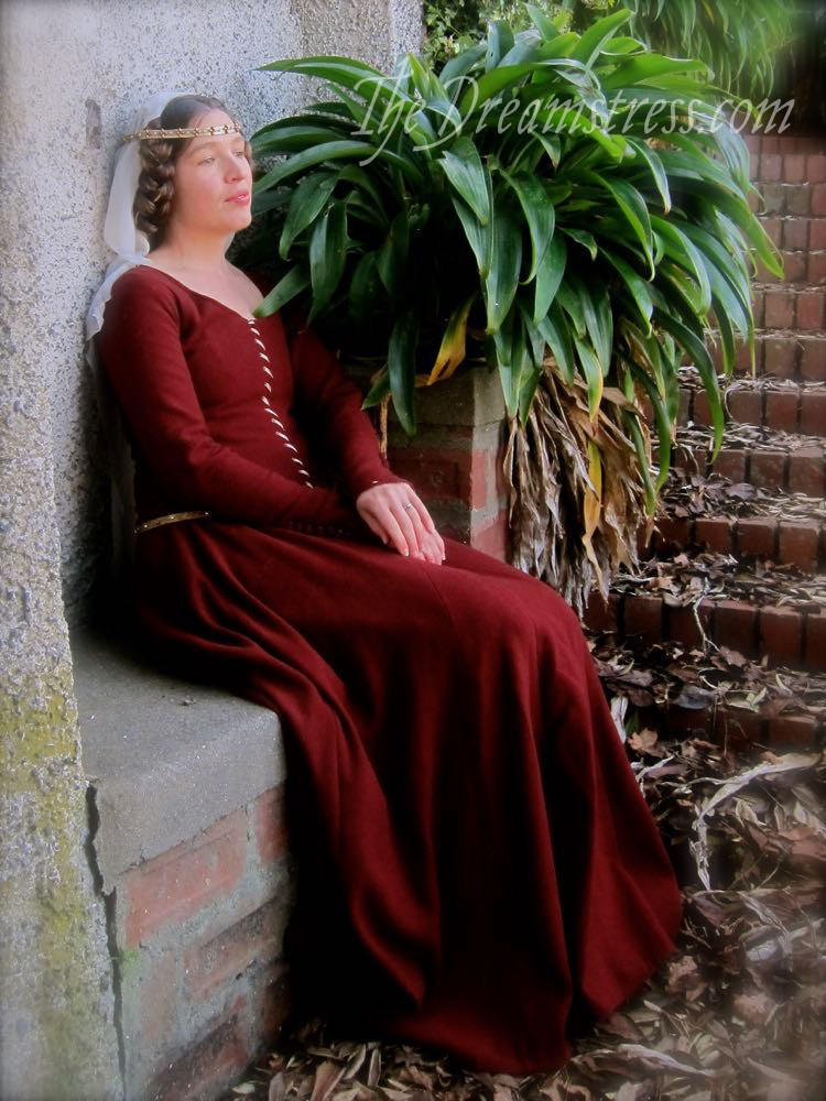 1350s-80s medieval gown thedreamstress.com04
