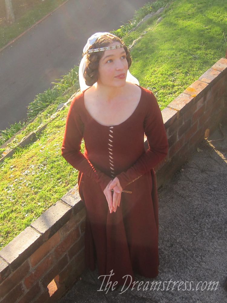 1350s-80s medieval gown thedreamstress.com07