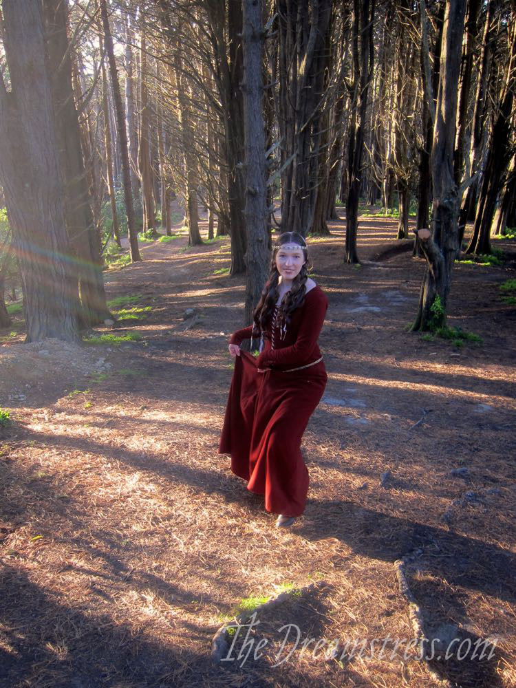 1350s-80s medieval gown thedreamstress.com12