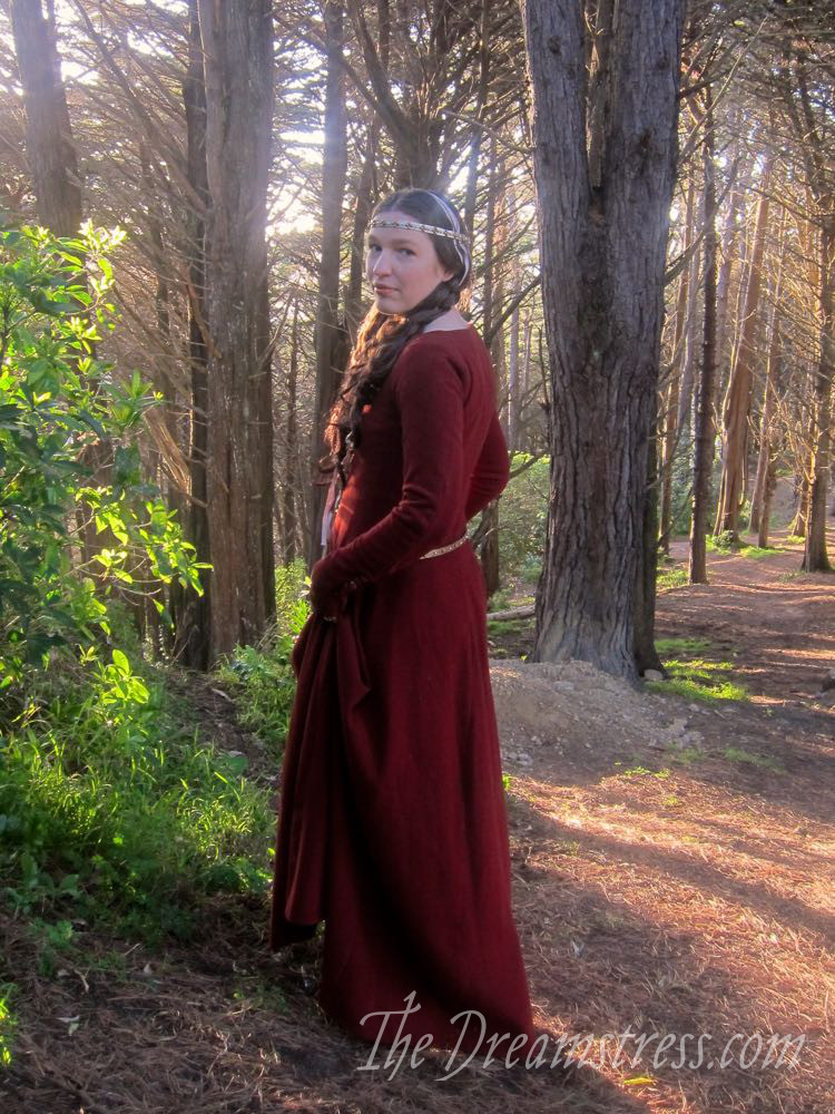 1350s-80s medieval gown thedreamstress.com13