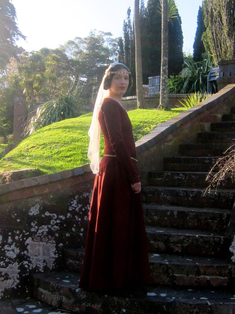 1350s-80s medieval gown thedreamstress.com1