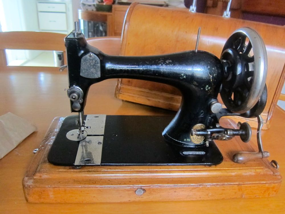 A Sewing Machine For 40 Meet My New Very Old Singer 40 Series Unique How To Use A Old Sewing Machine