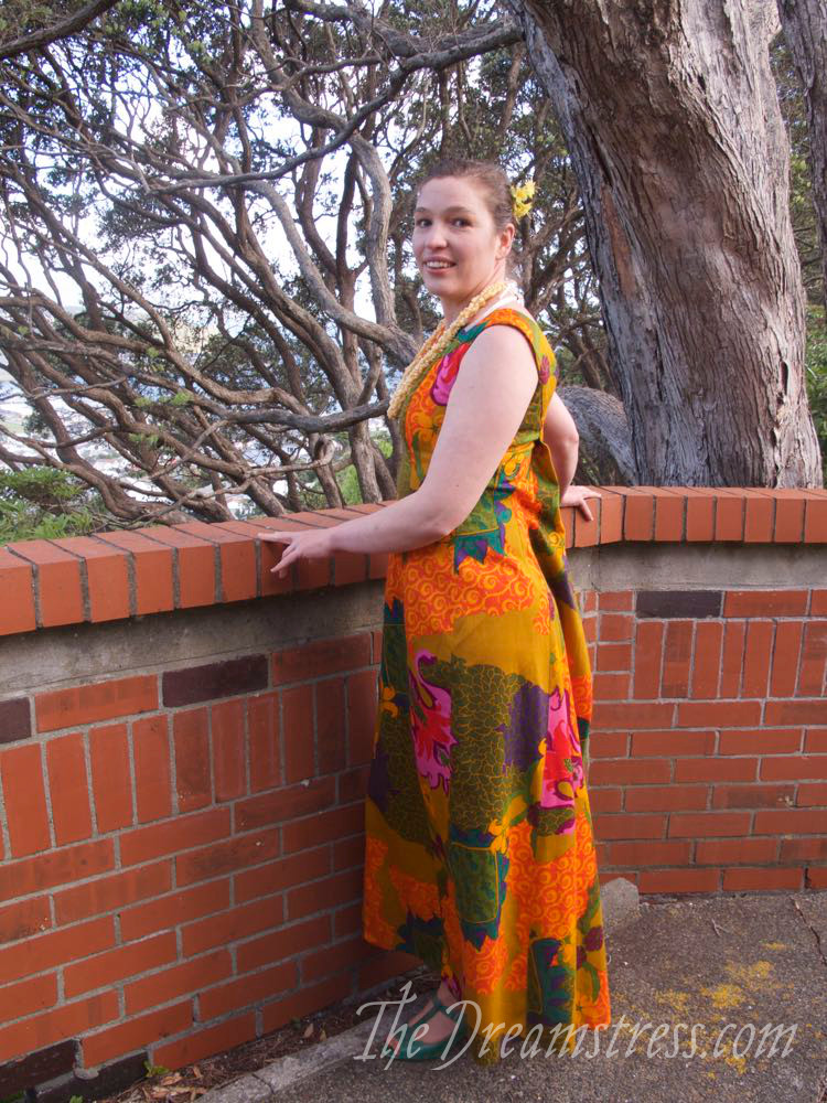 Vintage 1960s Watteau-backed Hawaiian Dress thedreamstress.com04