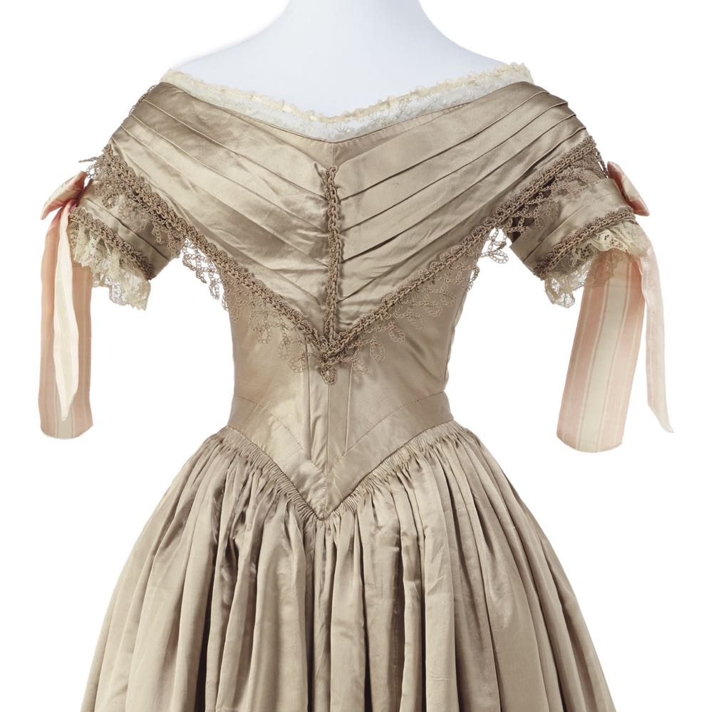 Ball gown, 1839-1840, maker unknown. Gift of Mrs Whitehead, 1966. CC BY-NC-ND 4.0. Te Papa PC001362