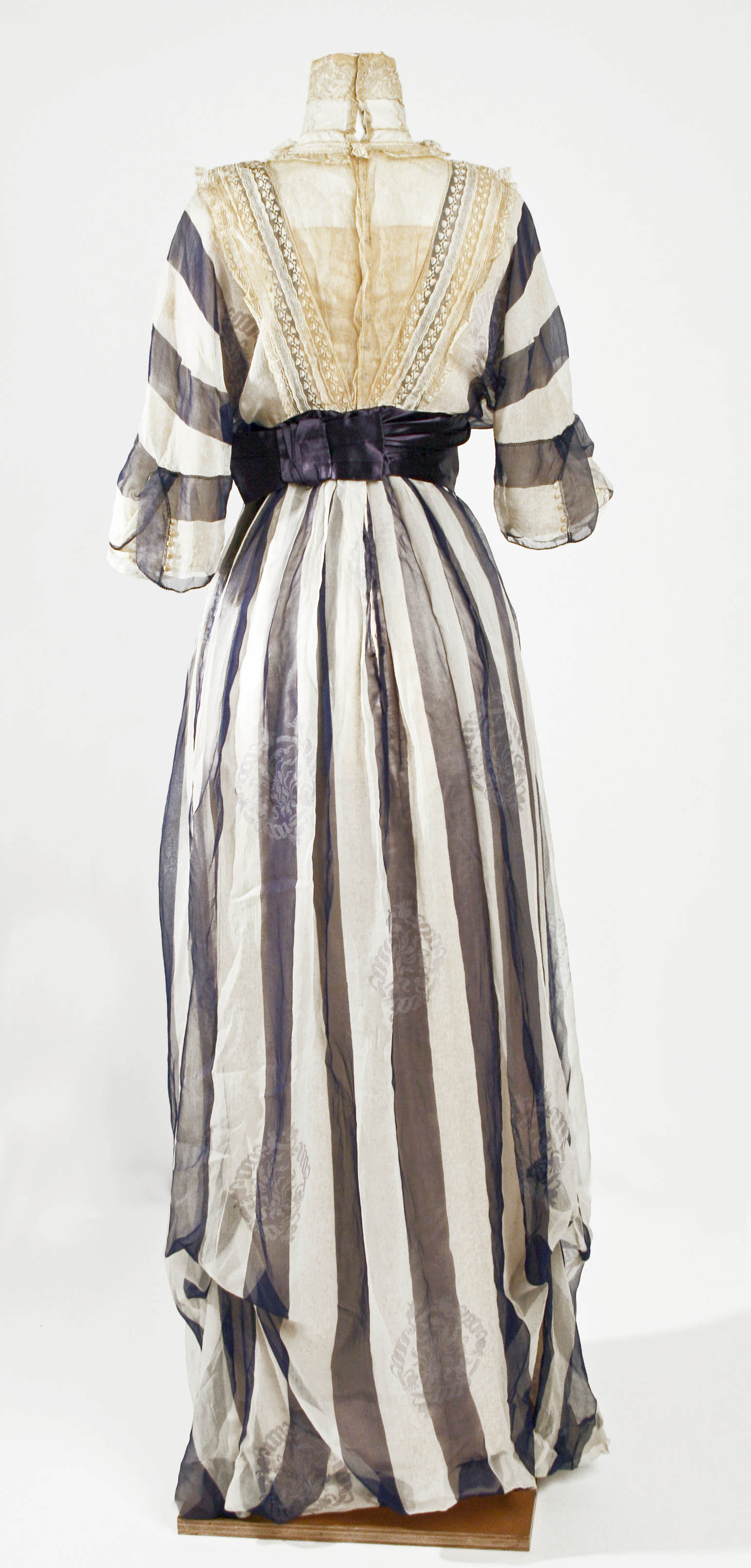 Afternoon dress, Jeanne Hallée (French, 1880–1914), 1912, French, silk, Metropolitan Museum of Art, C.I.49.2.4 detail