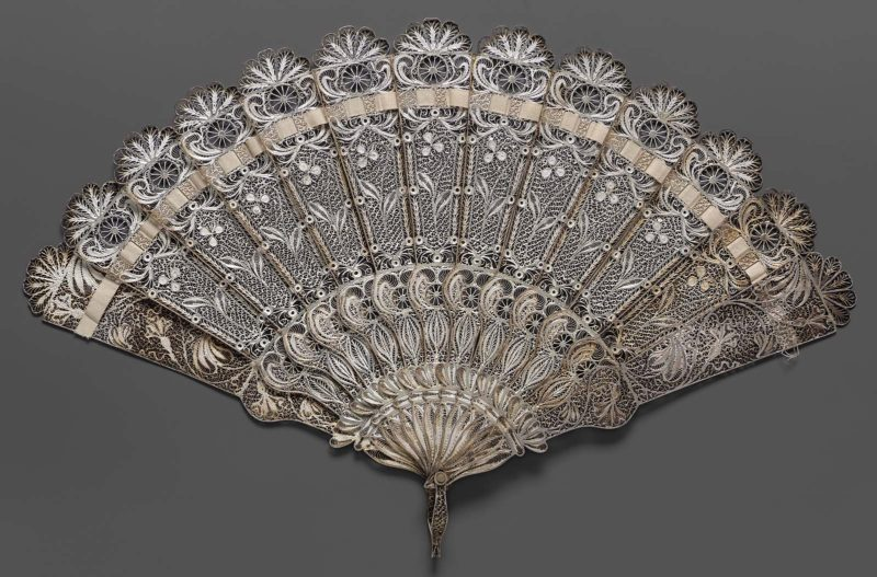 Brisé fan, mid-19th century, China, Museum of Fine Arts Boston, 1976.406 Brisé fan with silver filigree inner blades painted with white enamel