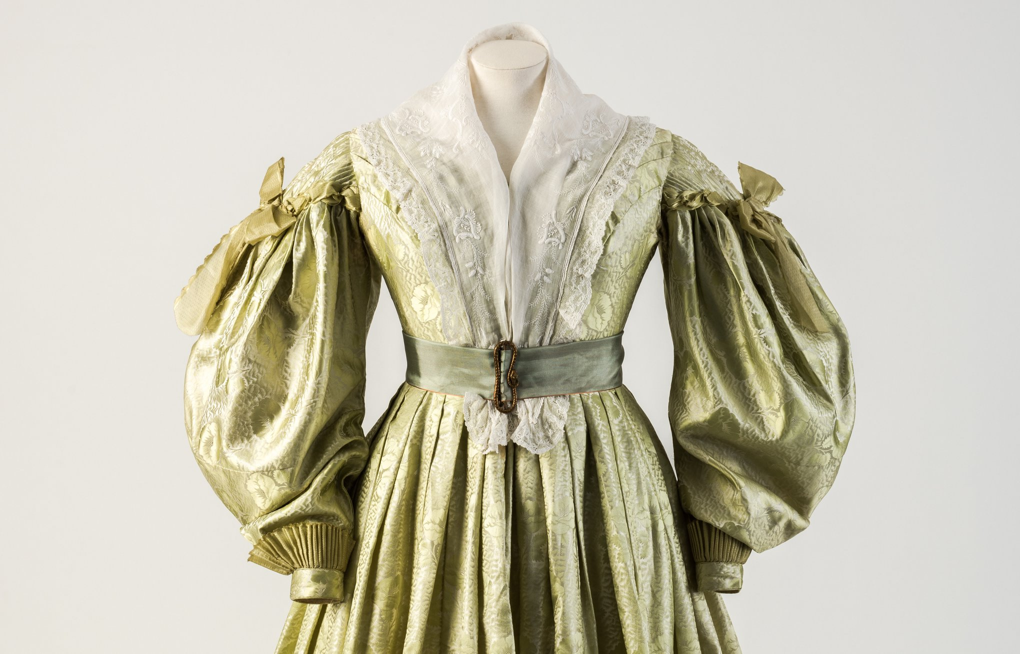 Dress with gigot sleeves, jacquard woven silk, ca. 1835 Fashion Museum Bath