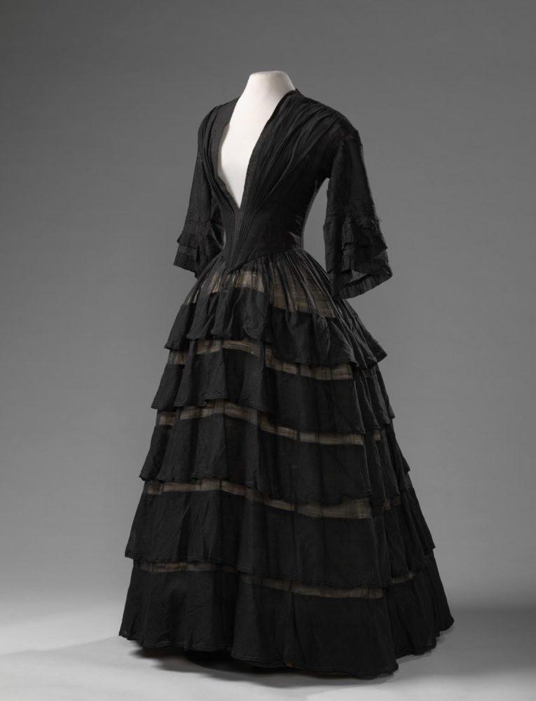 Mourning Dress, 1850 - 1855 wool mousseline, Amsterdam Museum KA 19997