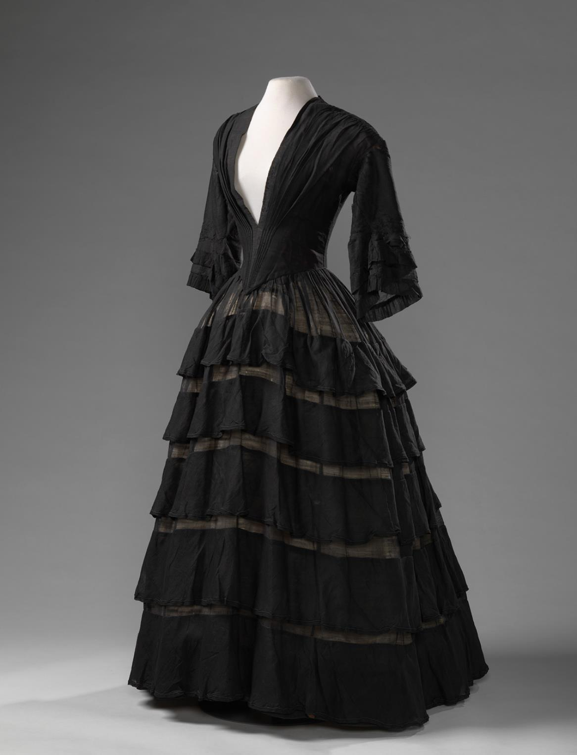 Mourning Dress, 1850 - 1855 wool mousseline, Amsterdam Museum KA 19997